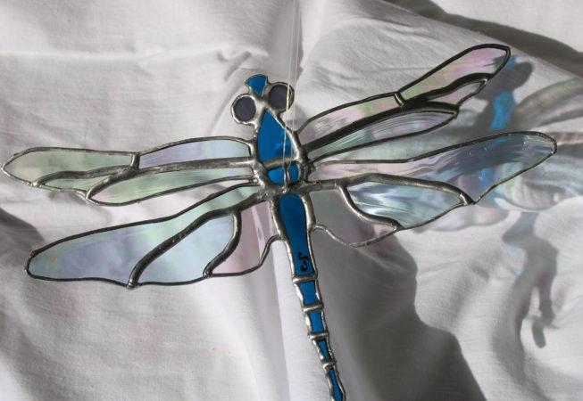 Mobile en vitrail Tiffany à suspendre représentant une libellule