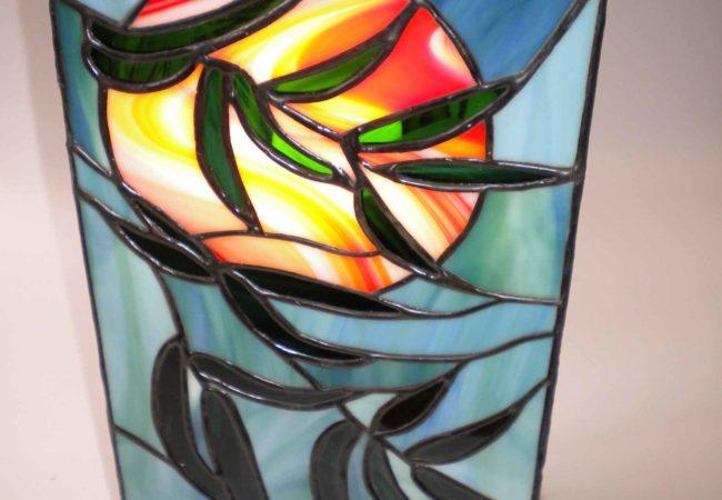 Une lampe japonaise en vitrail Tiffany pour une décoration d'intérieur zen et romantique